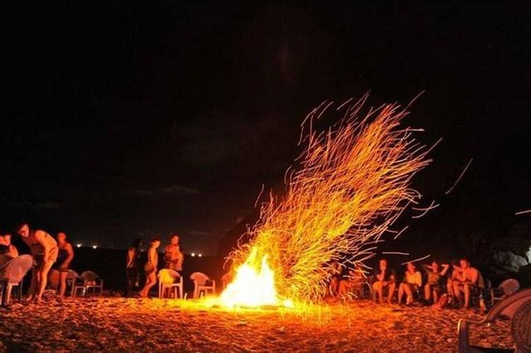 đốt lửa trại tại bãi biển vũng tàu