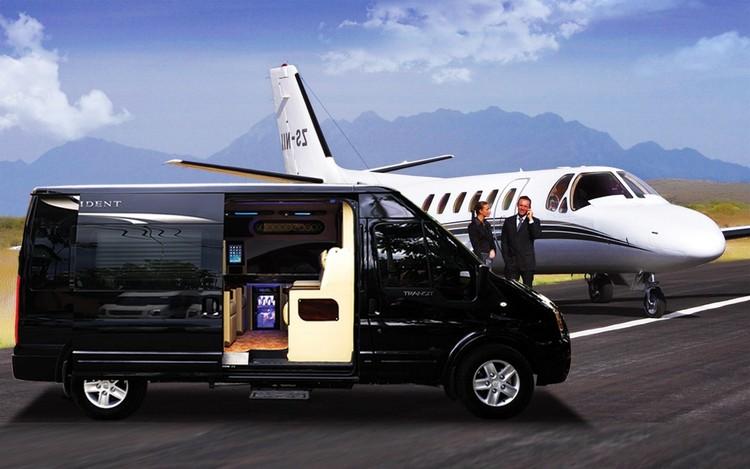 xe limousine đón khách tại sân bay